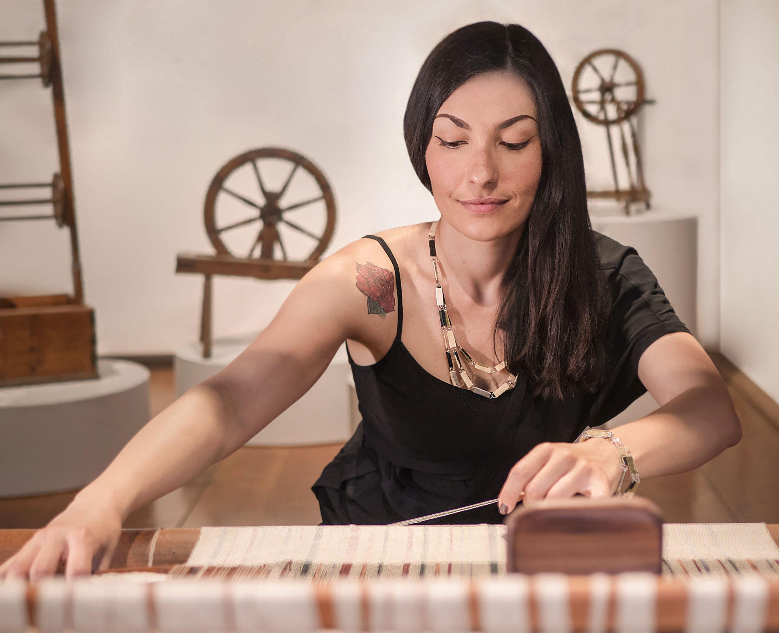 Chiara Corriga impegnata nell'arte della tessitura.
