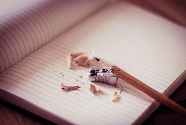 Quaderno immacolato con matita appena temperata
